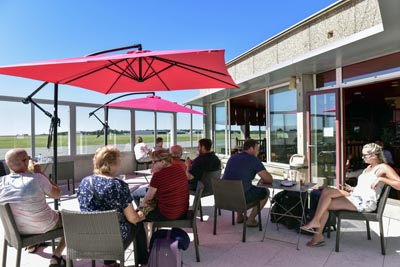 restaurant-bar-terrasse-vue-piste-aeroport-dinard